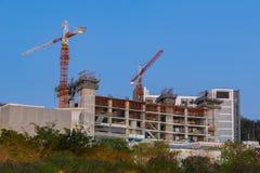 La gru sta costruendo l'alta torre, appartamento, casa, contruction Immagine Stock Libera da Diritti