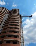 La gru a torre ad alta altitudine funziona alla costruzione di edifici multipiana Fotografia Stock Libera da Diritti
