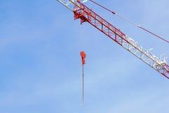 La gru a torre rossa della costruzione su cielo blu con bianco si appanna il fondo, dettaglio Immagini Stock Libere da Diritti