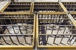 La grue a arrangé des matériaux de construction de barres d'acier images stock