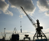 La grue au port. Photo stock