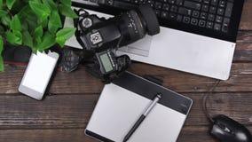 La grue de caméra, table de travail en bois moderne de bureau de vue supérieure, caméra se trouve sur l'ordinateur portable banque de vidéos