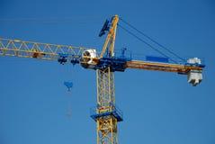 La grue de construction contre le ciel bleu Images stock