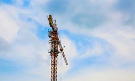 La grue de construction sur le ciel Image libre de droits