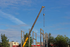 La grue et le métal de wirh de chantier de construction profilent la structure Photo libre de droits