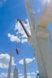 La grue mobile est squelette d'assemblée de hall énorme Long béton pi Image libre de droits