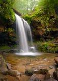 La gruta cae cascada ahumada de la montaña Foto de archivo libre de regalías