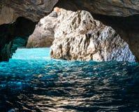 La gruta verde también conocida como Emerald Grotto, Grotta Verde, en la costa de la isla de Capri en la bahía de Nápoles, Italia foto de archivo