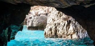 La gruta verde también conocida como Emerald Grotto, Grotta Verde, en la costa de la isla de Capri en la bahía de Nápoles, Italia fotos de archivo