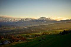 La Gruyére i Schweiz på solnedgången Royaltyfri Bild