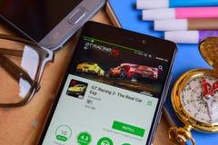 La GT 2 di corsa: Lo sviluppatore reale app di Exp dell'automobile sullo schermo di Smartphone immagine stock libera da diritti