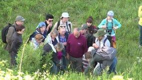 La guía botánica del especialista dice a gente turística sobre especies raras de plantas almacen de video