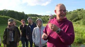 La guía botánica del especialista dice a turistas gente sobre especies raras de flor almacen de metraje de vídeo