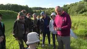 La guía botánica del especialista dice a turistas gente sobre especies raras de plantas metrajes
