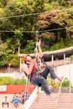 La guía realiza en público un ejercicio de la cuerda que sube Fotos de archivo
