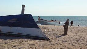 LA GUAJIRA, COLOMBIA - juego de niños en los barcos de pesca almacen de video