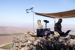 La guarda della pace dalle forze di ONU guarda verso la Siria, essendo su un punto fortificato sul supporto Bental, su Golan Heig Immagine Stock Libera da Diritti