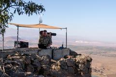 La guarda della pace dalle forze di ONU guarda verso la Siria, essendo su un punto fortificato sul supporto Bental, su Golan Heig Immagini Stock Libere da Diritti