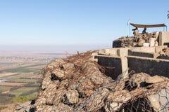 La guarda della pace dalle forze di ONU guarda verso la Siria, essendo su un punto fortificato sul supporto Bental, su Golan Heig Fotografia Stock Libera da Diritti