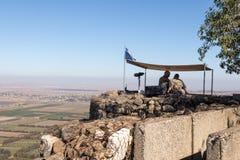 La guarda della pace dalle forze di ONU guarda verso la Siria, essendo su un punto fortificato sul supporto Bental, su Golan Heig Immagine Stock