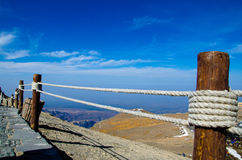 La guardavia di legno conduce ad orizzonte nel Mou di Changbai fotografie stock libere da diritti