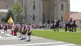La guardia Change Procession ad Alba Iulia Fortress, Europa, Romania stock footage