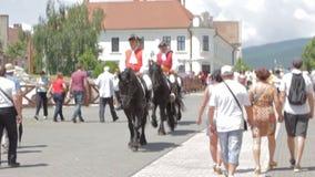 La guardia Change Procession ad Alba Iulia Fortress, Europa, Romania archivi video