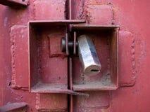 La guardia contro l'incisione della porta del garage della serratura Fotografia Stock Libera da Diritti