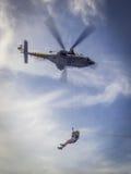 La guardia costiera caraibica olandese - winching dentro Fotografia Stock