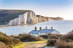 La guardia costiera Cottages e sette sorelle esterno Eastbourne, Sussex, Inghilterra, Regno Unito delle scogliere di gesso appena Fotografia Stock