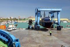 La guardia costiera delle abitudini spagnole sopra un travelift prima va all'acqua immagini stock