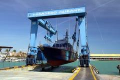 La guardia costiera delle abitudini spagnole sopra un travelift prima va all'acqua immagine stock libera da diritti