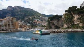 La guardia costiera guida la barca lungo litorale, prevenzione degli infortuni nella stagione di nuoto stock footage