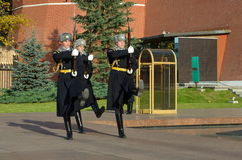 La guardia di onore alle pareti di Cremlino di Mosca, Russia Fotografie Stock