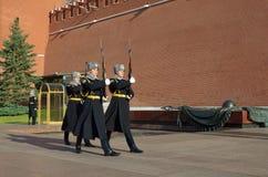 La guardia di onore alle pareti di Cremlino di Mosca, Russia Fotografia Stock Libera da Diritti