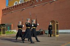 La guardia di onore alle pareti di Cremlino di Mosca, Russia Immagine Stock Libera da Diritti