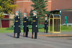 La guardia di onore alle pareti di Cremlino di Mosca, Russia Immagine Stock