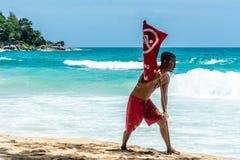 La guardia di vita non ha installato la bandiera rossa di nuoto sulla spiaggia Fotografia Stock