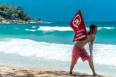 La guardia di vita non ha installato la bandiera rossa di nuoto sulla spiaggia Fotografie Stock Libere da Diritti