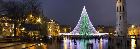 La guarida de la Navidad y adornado ilumina el árbol de abeto Fotos de archivo libres de regalías