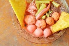 La guarnizione bollita della palla di gamberetto e del pesce ha marinato la seppia in minestra rossa della salsa di soia sulla ci immagini stock