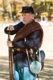 La guerra civile Reenactor dell'Esercito dell'Unione dimostra il caricamento del moschetto Fotografia Stock