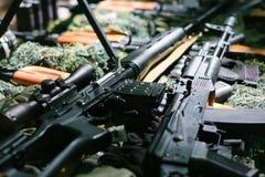 La guerra dispara contra el arsenal foto de archivo