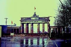 La guerra mondiale II - porta di Brandeburgo lacerata appena dietro Berlin Wall nell'allora est Berlino, Germania * novembre 1966 Fotografie Stock
