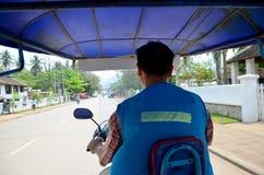 La guida del taxi della motocicletta invia il passeggero va all'aeroporto di Luangphrabang Immagini Stock
