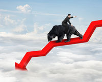 La guida dell'uomo d'affari riguarda la linea di tendenza verso il basso della freccia con il cielo Immagini Stock Libere da Diritti