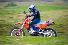 La guida dell'uomo mette in mostra la motocicletta Immagine Stock