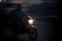 La guida dell'uomo mette in mostra la motocicletta Immagini Stock