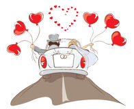 La guida dello sposo e della sposa in un'automobile Immagine Stock
