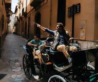 La guida turistica in trasporto del cavallo indica una mano ad un punto di riferimento, Mallorca, Spagna fotografie stock